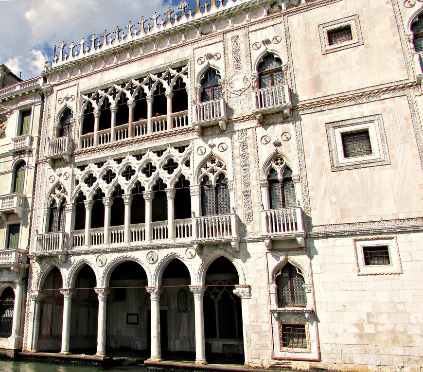 Палаццо Ка' д'Оро. Яркий пример венецианской готики. Сейчас здесь располагается галерея Франкетти.  В Интернете я видел фотографии изумительных интерьеров этого дворца. Впрочем, итак  с первого взгляда ясно, что ларец этот прекрасен не только снаружи.