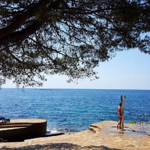 Платформы пляжей оборудованы лестницами, душами, кабинами для переодевания, все это расположено достаточно часто по периметру пляжа.