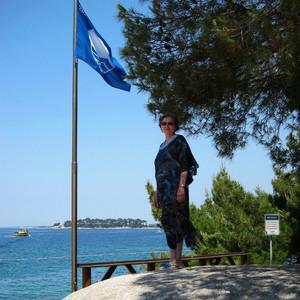 Синий флаг ЮНЕСКО, которым отмечены европейские пляжи с самым чистым морем, год на флаге - 2016.