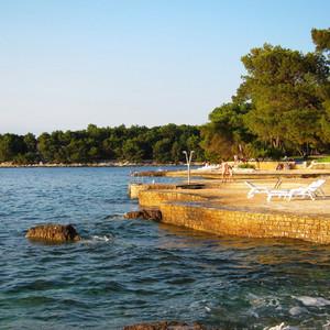 До самого лучшего пляжа в Зеленой лагуны нам идти минут 10, но большинство отдыхающих почему-то предпочитало загорать и плавать около своих отелей.