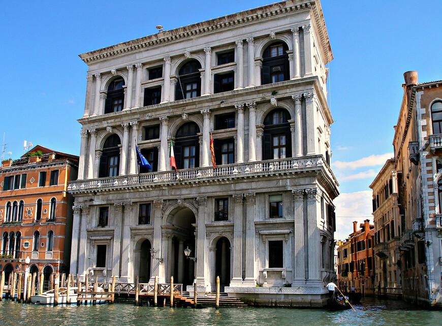"""Палаццо Гримани. Дворец был построен в середине XVI в. для дожа Антонио Грмани. Сейчас здесь """"квартируется"""" венецианский апелляционный суд."""
