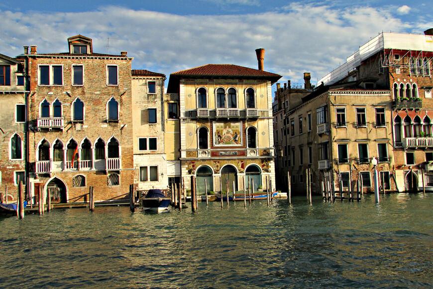 Палаццо Сальвьяти. Антонио Сальвьяти, бывший адвокат, организовал первое массовое производство венецианского стекла на острове Мурано. Логично, что фасад его дома  украшен мозаикой из муранского стекла.