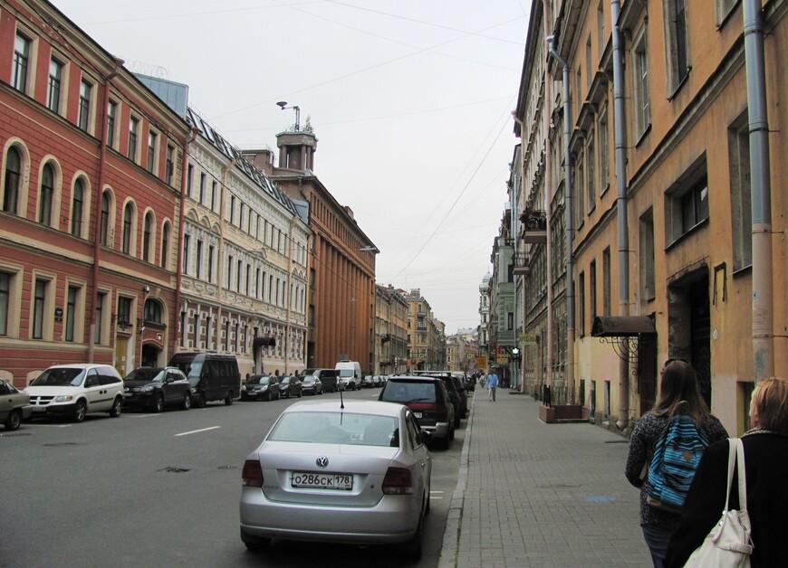 Недалеко от роддома - Басков переулок, в котором жили родители Владимира Владимировича