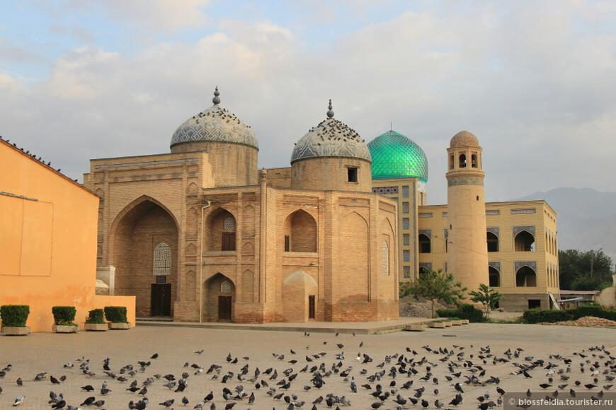 Худжанд и мавзолей шейха Муслихиддина утром