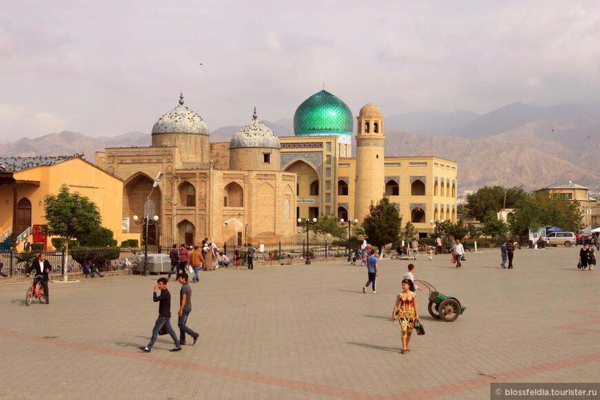 Худжанд. Площадь перед рынком утром. Мавзолей шейха Муслихиддина (XVII—XVIII вв.) и новая мечеть с зеленым куполом