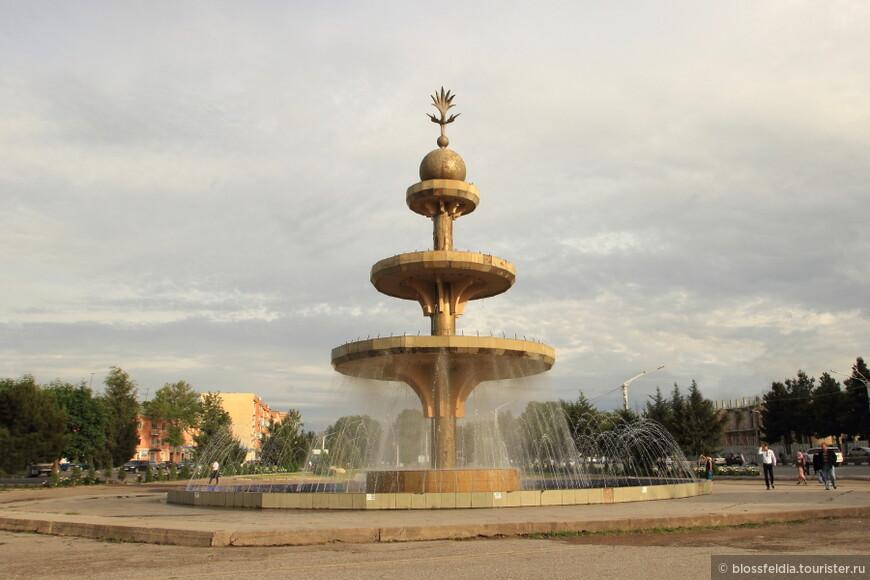 Огромный фонтан около нашего отеля в Худжанте