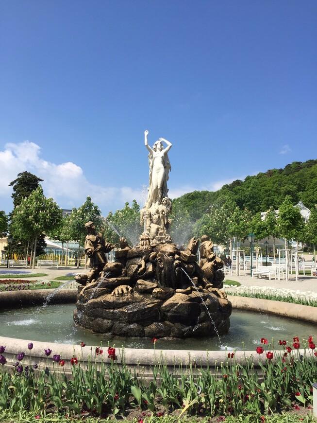 Фонтан «Ундина» представляет собой оригинальную скульптурную композицию в центральном городском парке - Курпарке. В каменной композиции запечатлена прекрасная и юная девушка, разбрызгивающая воду над окружающими ее водными обитателями и людьми, которые, по всей видимости, являются ее жертвами.