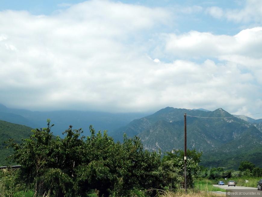 А погодка временами не очень, вон какие облака в горах!