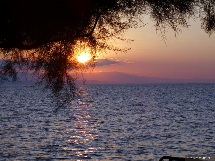 Сам устал от этой дороги... Давайте глянем еще на морской закат. Правда, это уже Греция. А там, на дальнем плане под облачками гора Олимп, до которой вот уже пять лет не могу доехать. Здесь напрямую через залив километров 30 будет, а по кругу через Салоники все 100. Вообще не расстояние для нас. А вот никак не доберемся.
