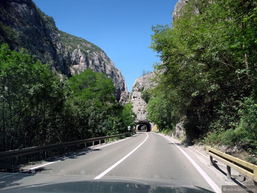 Каскад тоннелей. Надо признать, что их по этой дороге много, но в основном не очень длинных. И не всегда качественных. И сразу вспоминаю австрийские тоннели, мадерьянские. Вот где классика жанра. А бывалые вспомнят еще швейцарские и прочие....