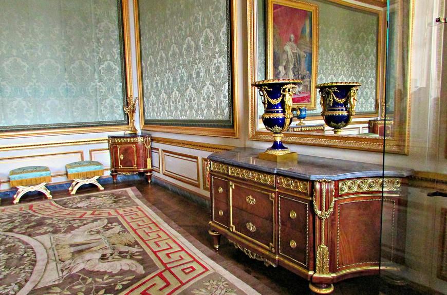 Дворянский салон - место официальных аудиенций королевы.