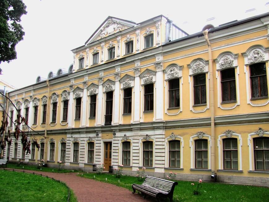 Непарадный фасад дворца Шереметевых.