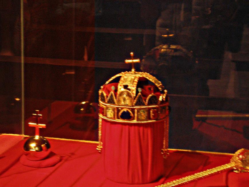 Копия венчальной короны венгерских королей, которая раньше хранилась в Вишеграде.