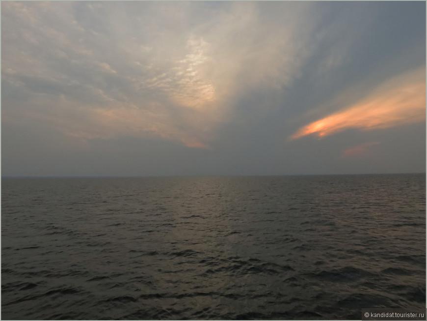 """Еще с далеких детских лет  у меня, человека, выросшего на берегах Волги ( в районе Самары довольно-таки широкой) и впервые увидевшего море в 10 лет, главным критерием в определении: море-не море, является """"видимость"""" противоположного берега ( понятно, за прошедшие годы мои познания в географии несколько расширились). Так вот, исходя из вышесказанного - Ладожское озеро - море..."""
