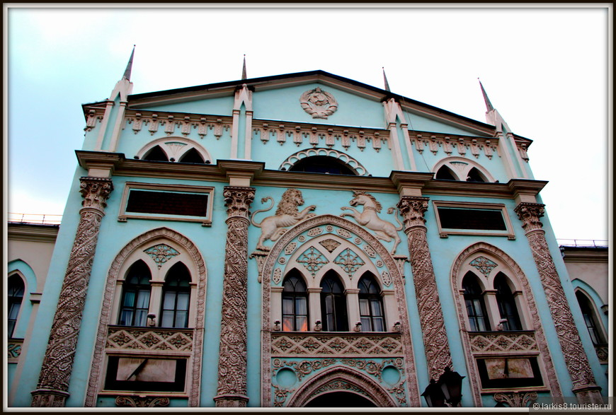 Сфотографировав свое любимое здание на этой улице, свернула к площади Революции.