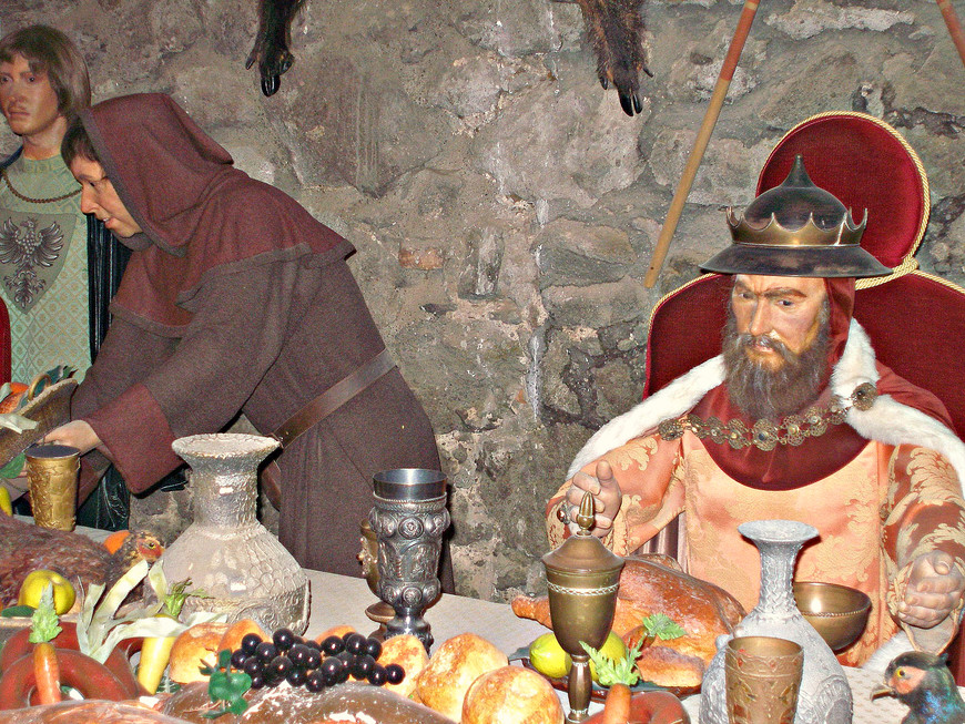 Восковые фигуры представляют встречу в верхах 1335 г., в которой участвовали правители Венгрии, Польши, Богемии, Баварии и Саксонии.