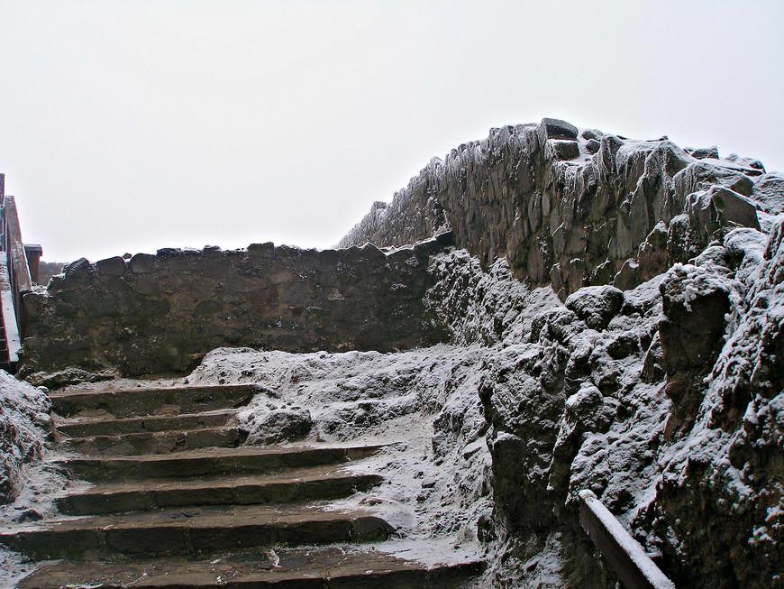 Большая часть крепости остается в руинах.
