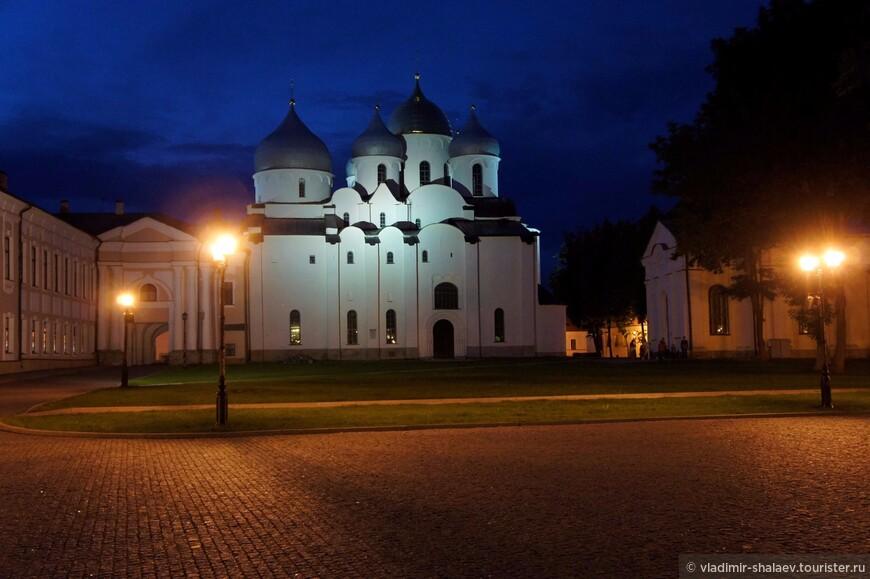 Софийский собор - древнейший памятник Новгорода и центр религиозной жизни нашего севера.
