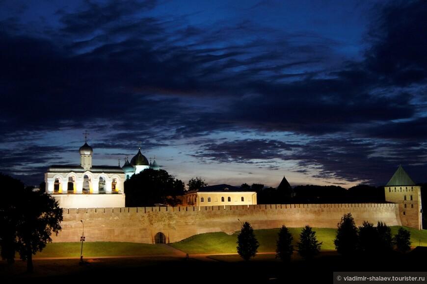 Звонница Софийского собора, купола Святой Софии и Владимирская башня.