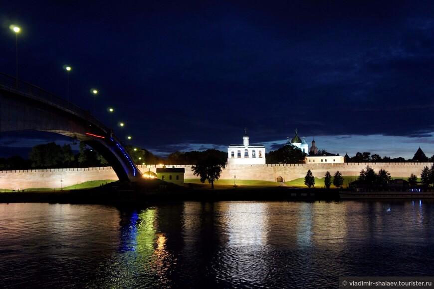 Вид на кремль через реку Волхов.