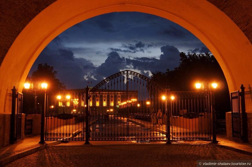 Вид на здание правительства через Воскресенскую арку.