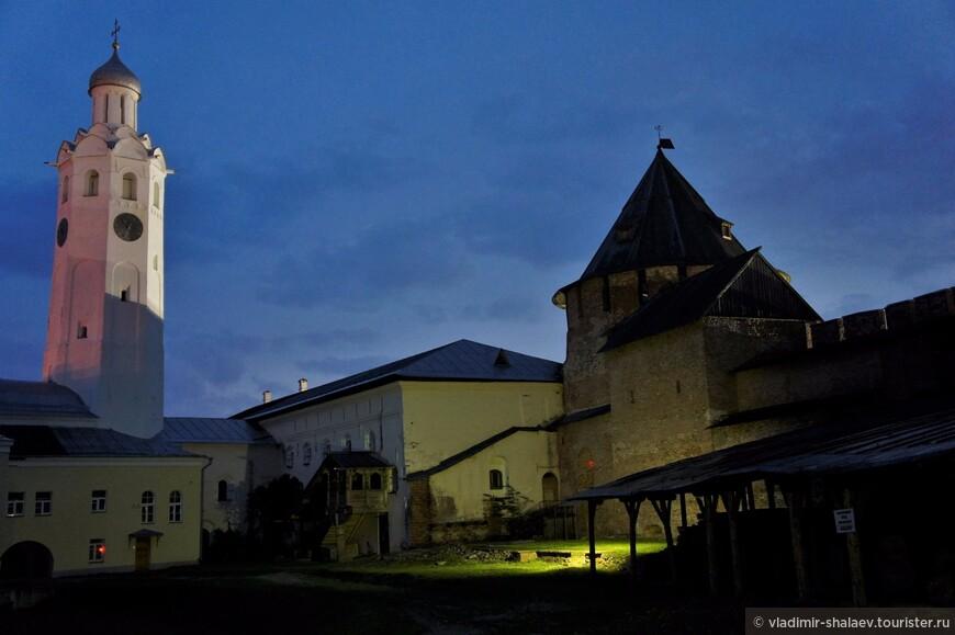 Часозвоня и  Митрополичья башня.