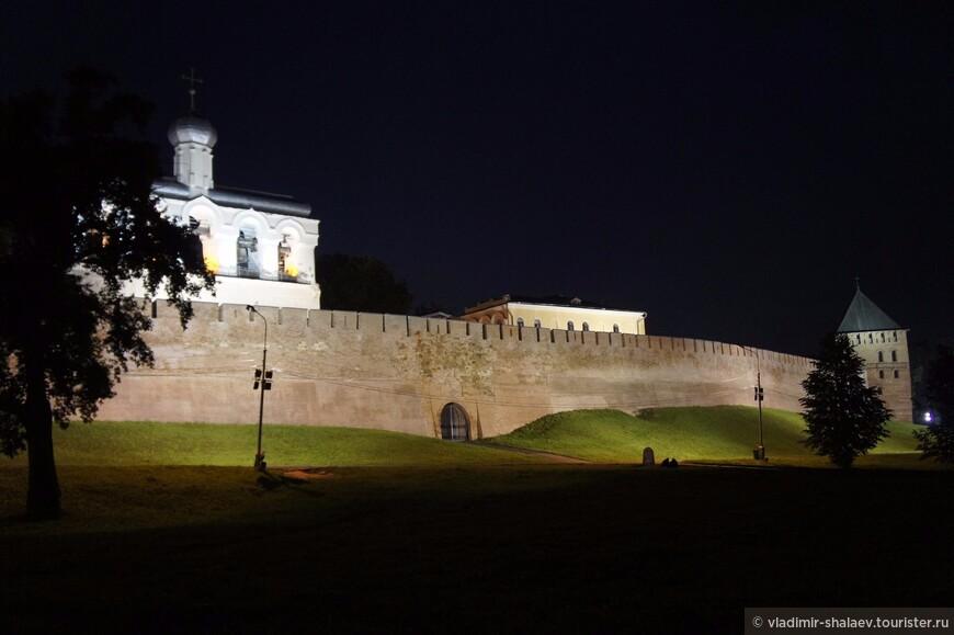 Звонница софийского собора и Владимирская башня.