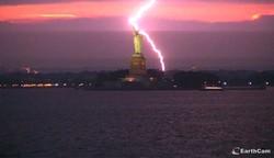 Молния ударила в Статую Свободы в Нью-Йорке