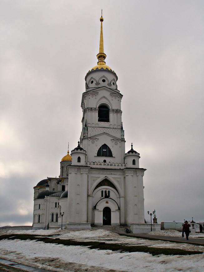 Колокольня, в отличие от собора, построена достаточно поздно - в начале XIX в.