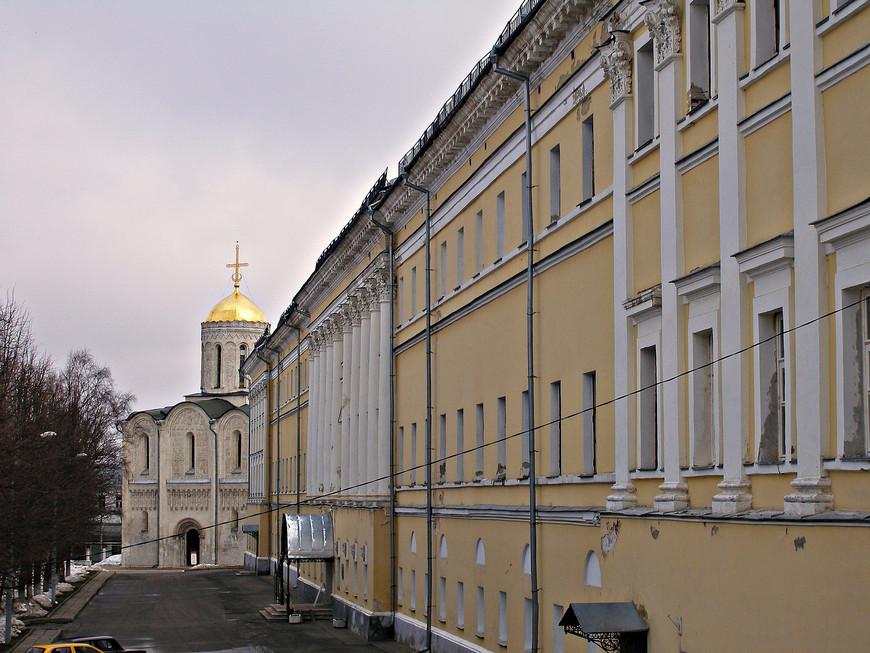 Здание Присутственных мест и Дмитровский собор.
