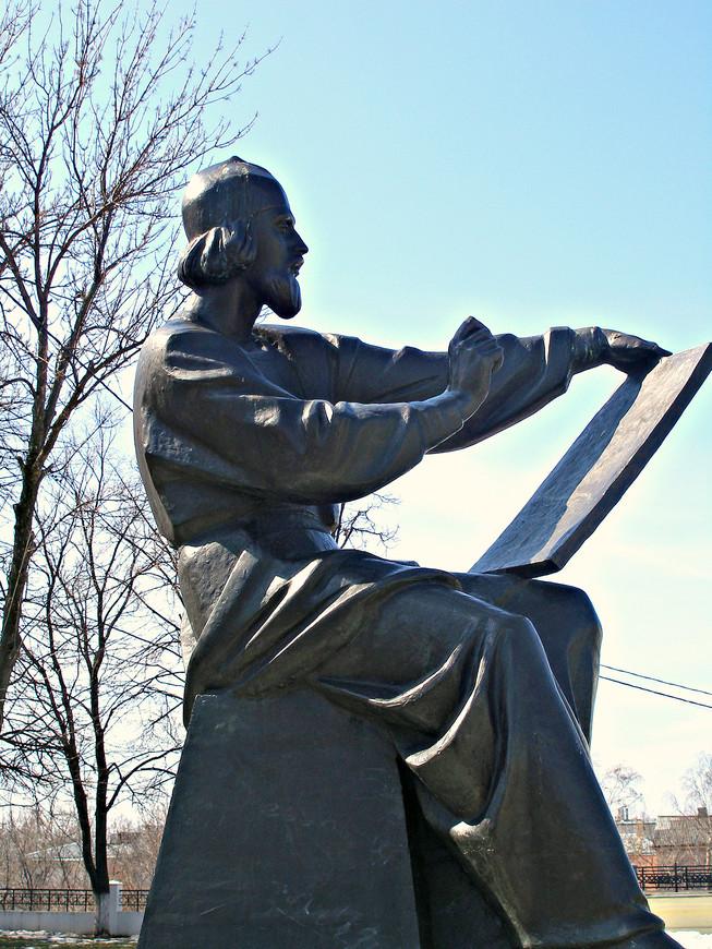 Памятник Андрею Рублеву.
