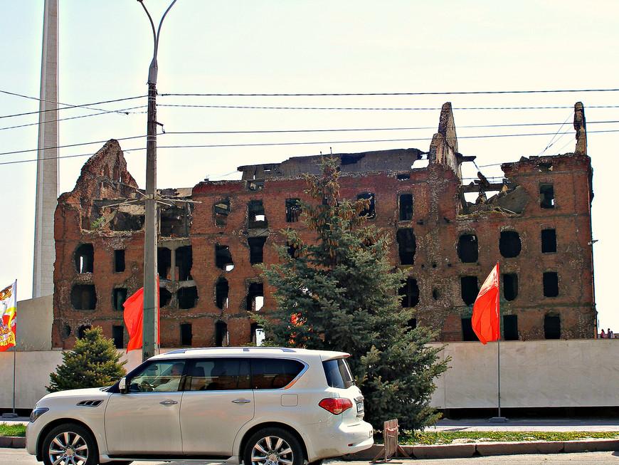 """Мельница Ге́ргардта. Была построена в 1908 г. Имеет мощный железобетонный каркас и чрезвычайно качественную кирпичную кладку. В дни Сталинградской битвы это здание, выдерживавшее прямое попадание авиабомбы, превратилось в неприступную крепость, цитадель т.н. """"Пензенского узла обороны"""". 58 дней находилась в полуокружении, но так и не была взята немцами."""