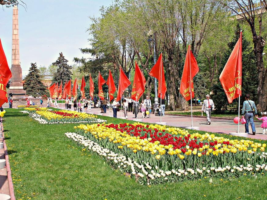 Вновь на площади Павших героев.
