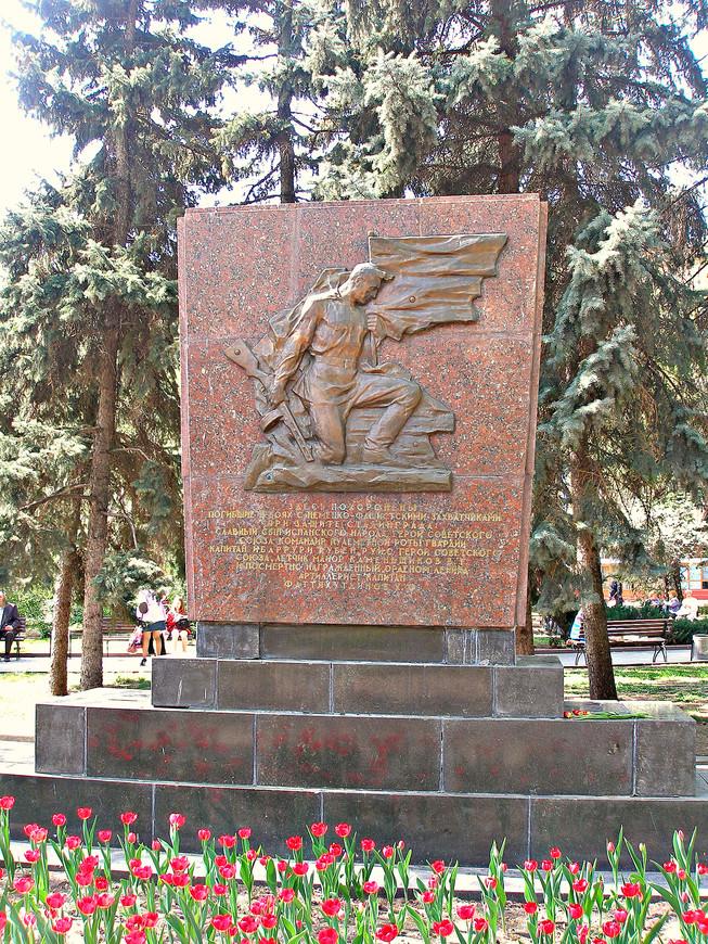 Братская могила. В списке похороненных есть  имя Ибаррури.