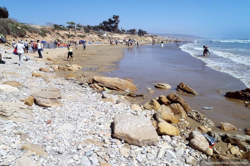 Пляж Тагазут, с мусором и толпой народа.