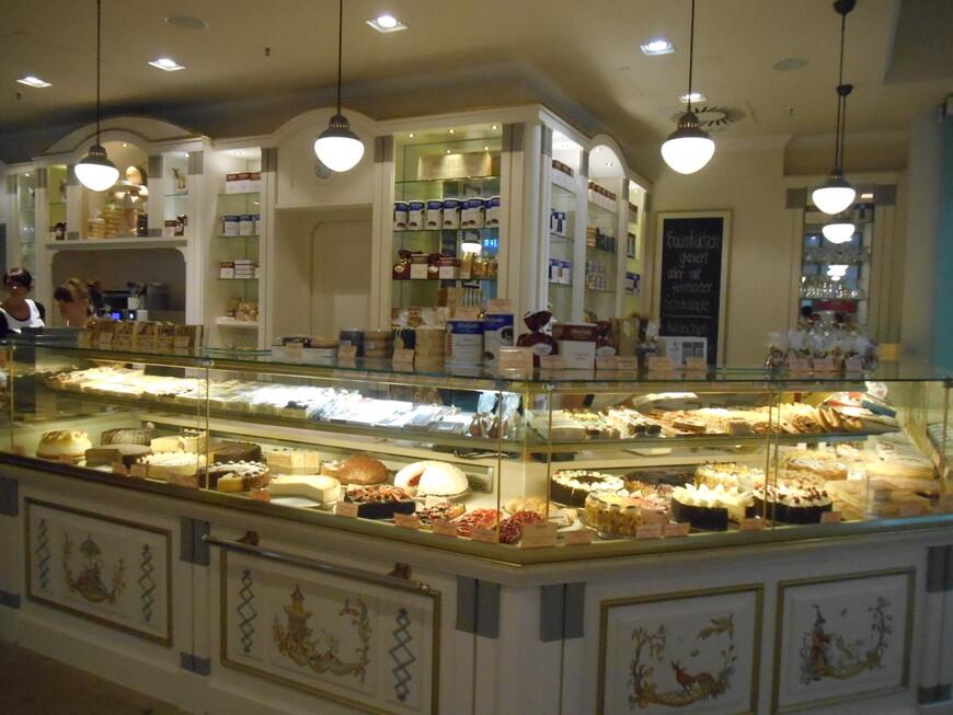 Для сладкоежек - в любом торговом центре - изобилие тортов, пирожных!