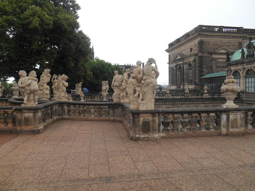 Скульптуры около Дрезденской галереи.