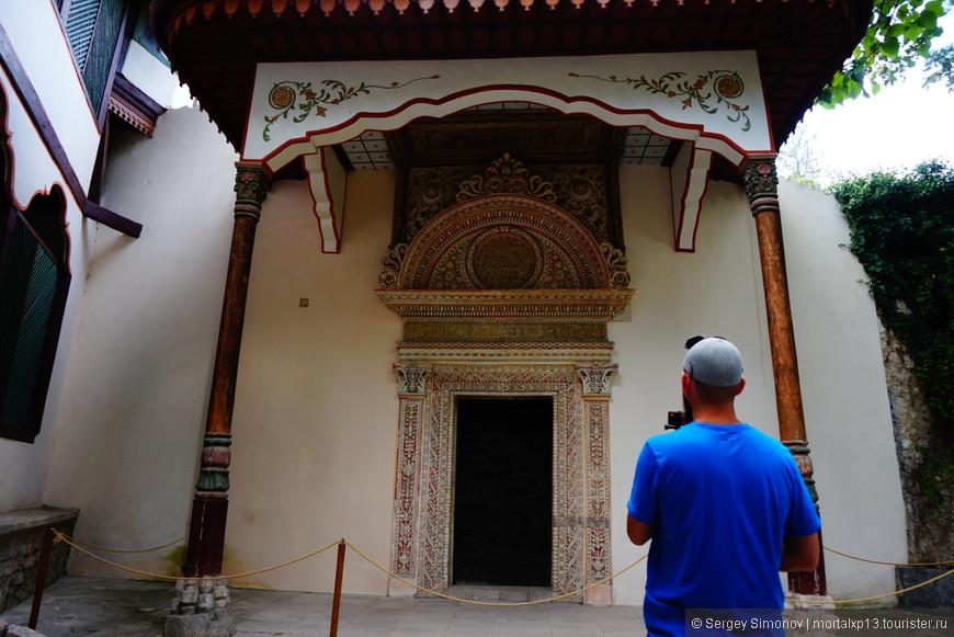железная дверь - вход во дворец