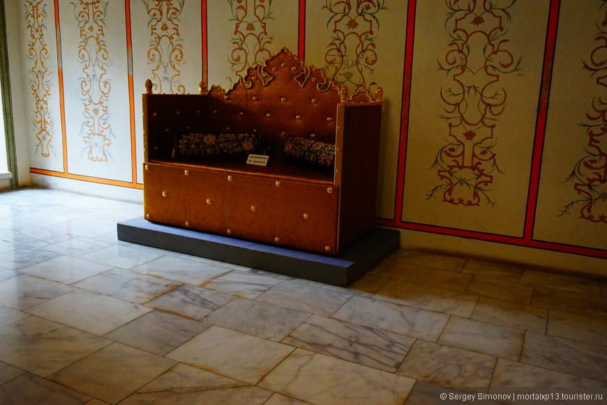 ханское кресло в приемной для гостей