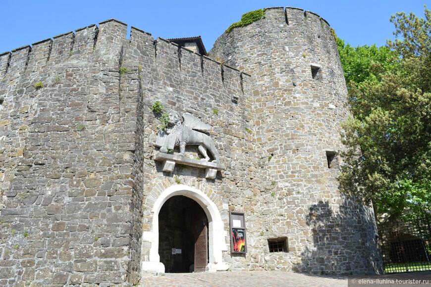 Замок горицианских графов, на мой взгляд, самый средневековый замок региона.  Первые упоминание о нем датируются 12 веком.  Разрушен во время Первой Мировой войны и восстановлен в  первоначальном виде.  Здесь выставлена великолепная коллекция струнных средневековых инструментов.