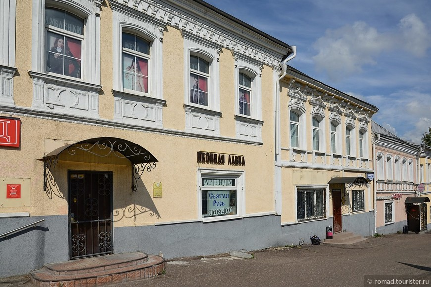Домики по проспекту Ленина. Всегда мне хотелось их сфотографировать... )