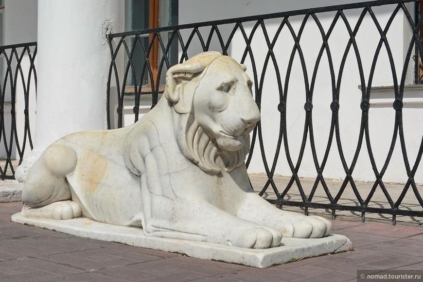 Симпатичные мраморные львы охраняют вход в ЗАГС, расположенный в усадьбе... )