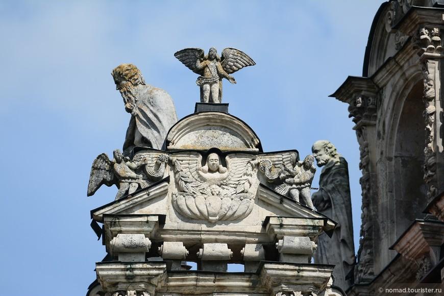 Весь храм обильно украшен белокаменной скульптурой – вещь небывалая для того времени.