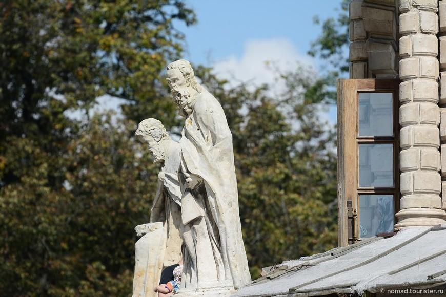 Во входящих углах цоколя установлены изваяния четырех евангелистов, у основания восьмигранной башни – фигуры восьми апостолов, кроме того, фасад украшен множеством различных изображений Ангелов.
