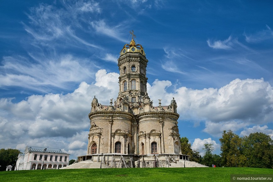 Церковь строили из белого камня, широко распространенного в подольском крае.
