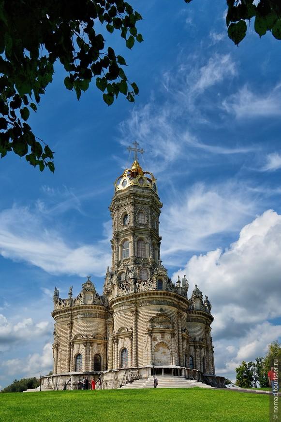 Знаете, что мне больше всего понравилось в этой церкви? Это то, как она стоит - ее видно... А благодаря тому, что она круглая и симметричная, ее можно фотографировать в любое время суток - она красива со всех сторон...
