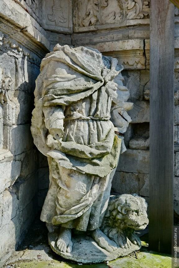 К сожалению, множество скульптур находятся в весьма плачевном состоянии...