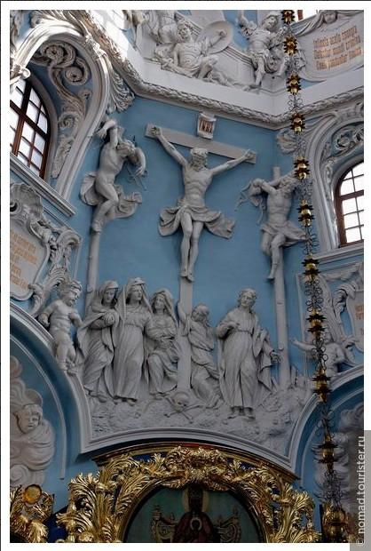 Внутри церкви фотографировать нельзя, что печально... Чтобы хоть чуть-чуть было понятно, какая красота там внутри, я стащил эту фотографию из интернета. Изнутри башня церкви оформлена в таком стиле...