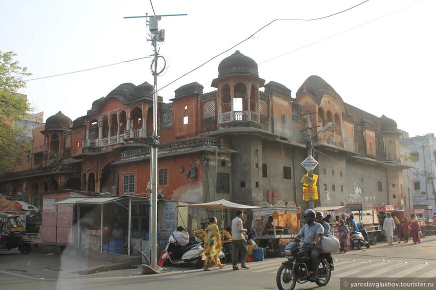 До некоторых зданий реставрация ещё не дошла.