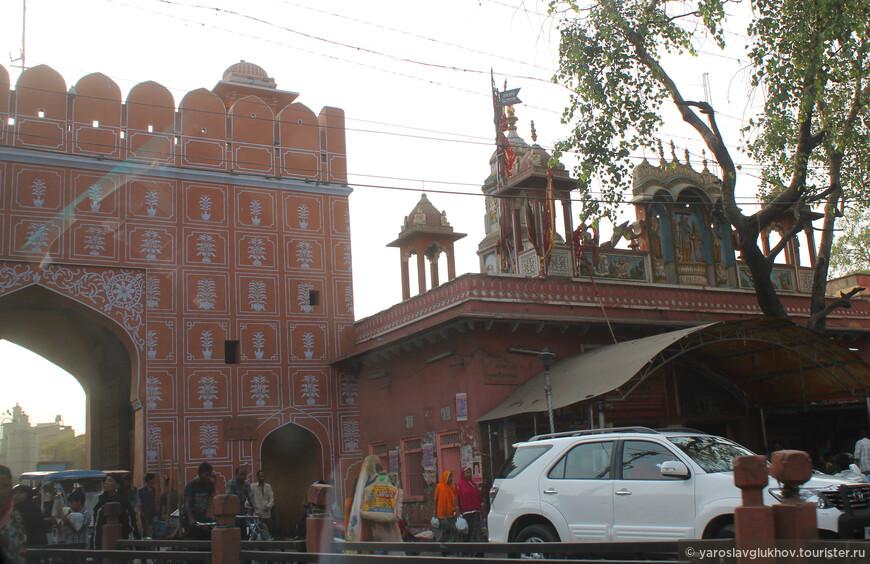 Многие храмы тоже выкрашены в розовый цвет.